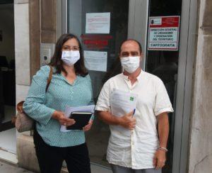 Lola Póliz y Gabriel Moreno, momentos antes de comenzar la reuniñón con responsables de la D. G. de Urbanismo